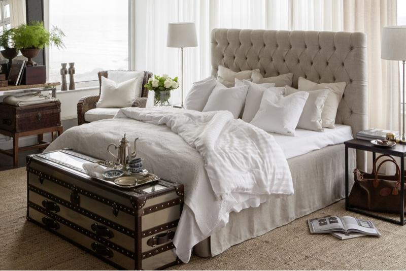 Mysigt sovrum med en sänggavel